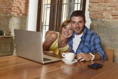 Couples ou amis au café fonctionnant avec l'ordinateur portable le matin heureux Photographie stock libre de droits
