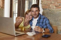 Couples ou amis au café fonctionnant avec l'ordinateur portable le matin heureux Images libres de droits