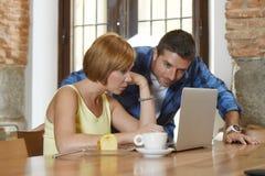 Couples ou amis au café fonctionnant avec l'ordinateur portable le matin heureux Image stock