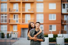 Couples ou amis heureux étreignant sur la rue après été de rencontre Photo libre de droits
