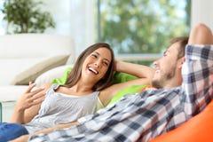 Couples ou compagnons de chambre parlant à la maison Photographie stock