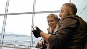 Couples ou famille heureux regardant le smartphone Images stock
