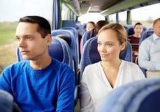 Couples ou passagers heureux dans l'autobus de voyage Photographie stock libre de droits