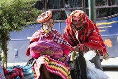 Couples péruviens indigènes heureux et souriants de la région de Cusco Images stock