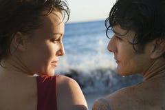 Couples par l'océan Photographie stock