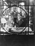 Couples par la fenêtre dans le restaurant (toutes les personnes représentées ne sont pas plus long vivantes et aucun domaine n'ex photos libres de droits