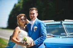 Couples par la route photographie stock libre de droits