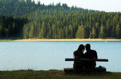 Couples par le lac Images stock