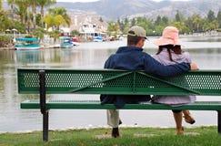 Couples par le lac - sourire d'homme Photographie stock