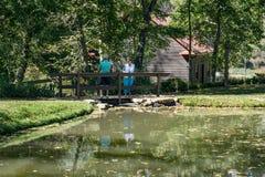 Couples par un étang à poissons Photos libres de droits
