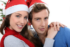 Couples par un arbre de Noël Photos stock
