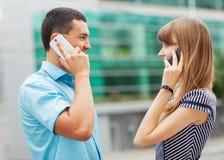 Couples parlant au téléphone image libre de droits