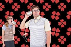 Couples parlant au téléphone de boîte en fer blanc photographie stock libre de droits