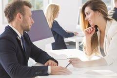 Couples parlant au travail