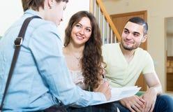 Couples parlant avec l'agent d'assurance Images libres de droits