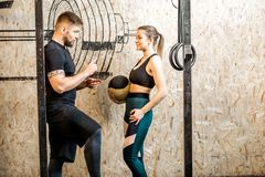 Couples parlant dans le gymnase Photo libre de droits