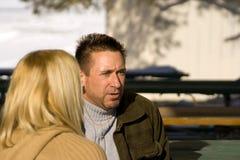 Couples parlant en stationnement Image libre de droits