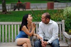 Couples parlant en stationnement de ville Photographie stock