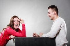 Couples parlant et riant la date conversation Images stock