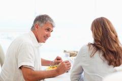 Couples parlant pendant le dîner photographie stock libre de droits