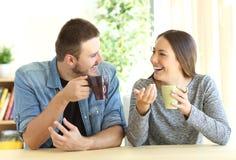 Couples parlant pendant le petit déjeuner à la maison Photo libre de droits