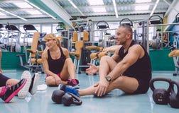 Couples parlant sur le centre de fitness après la formation Images libres de droits