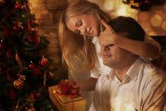 Couples partageant des cadeaux Photos libres de droits