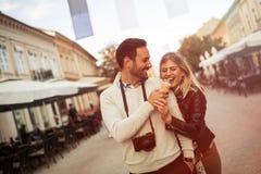 Couples partageant la crème glacée dehors Photos libres de droits