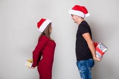 Couples partageant le cadeau de Noël Image stock