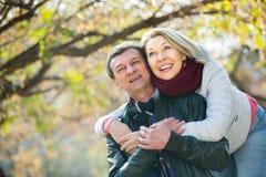 Couples passant le temps dehors Photos libres de droits
