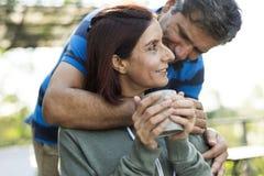 Couples passant le temps ensemble des vacances Images libres de droits