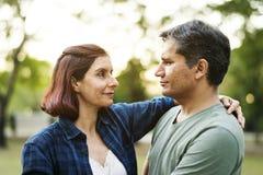 Couples passant le temps ensemble en parc Photographie stock libre de droits