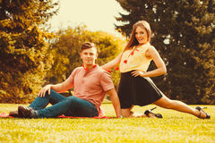 Couples passant le temps ensemble en parc Photos libres de droits