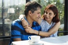 Couples passant le temps ensemble en petit déjeuner Photos stock