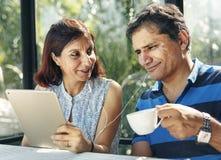 Couples passant le temps ensemble sur un pique-nique Image stock