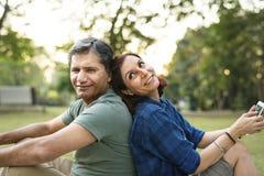 Couples passant le temps ensemble sur un pique-nique Photo stock