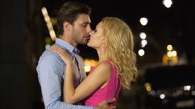 Couples passionnés amoureux touchant doucement les lèvres de chacun, art de séduction clips vidéos