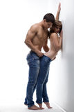 Couples passionnés ayant des préliminaires dans le studio Images stock