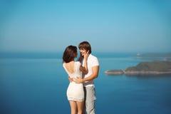 Couples passionnés dans l'amour au-dessus du fond de mer et de ciel bleu Enjo Image stock