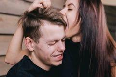 Couples passionnés dans l'amour jouant les uns avec les autres Photos stock