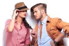 Couples passionnés regardant l'un l'autre Image stock
