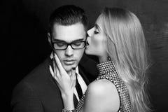 Couples passionnés sexy histoire d'amour de bureau Photo libre de droits