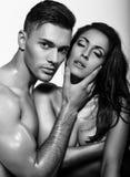 Couples passionnés sexy posant dans le studio Image stock