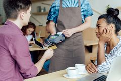 Couples payant par la carte de crédit en café Photo libre de droits