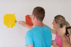 Couples peignant le mur intérieur images libres de droits