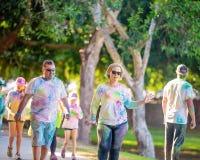 Couples peints dans la course d'amusement de frénésie de couleur image libre de droits