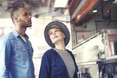 Couples pendant la nourriture de rue de consommation Image stock