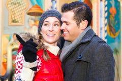 Couples pendant la saison du marché ou d'avènement de Noël Image libre de droits