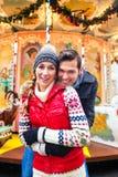 Couples pendant la saison du marché ou d'avènement de Noël Photographie stock