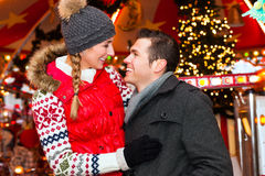 Couples pendant la saison du marché ou d'avènement de Noël Photo libre de droits